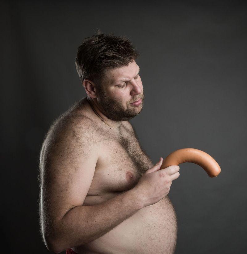 penisul este îndreptat în jos când este erect